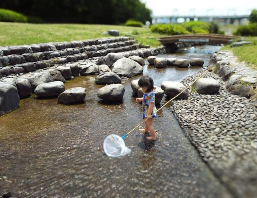 "Enjoying ""catching fish"" with the fishing rod from the 100yen shop"