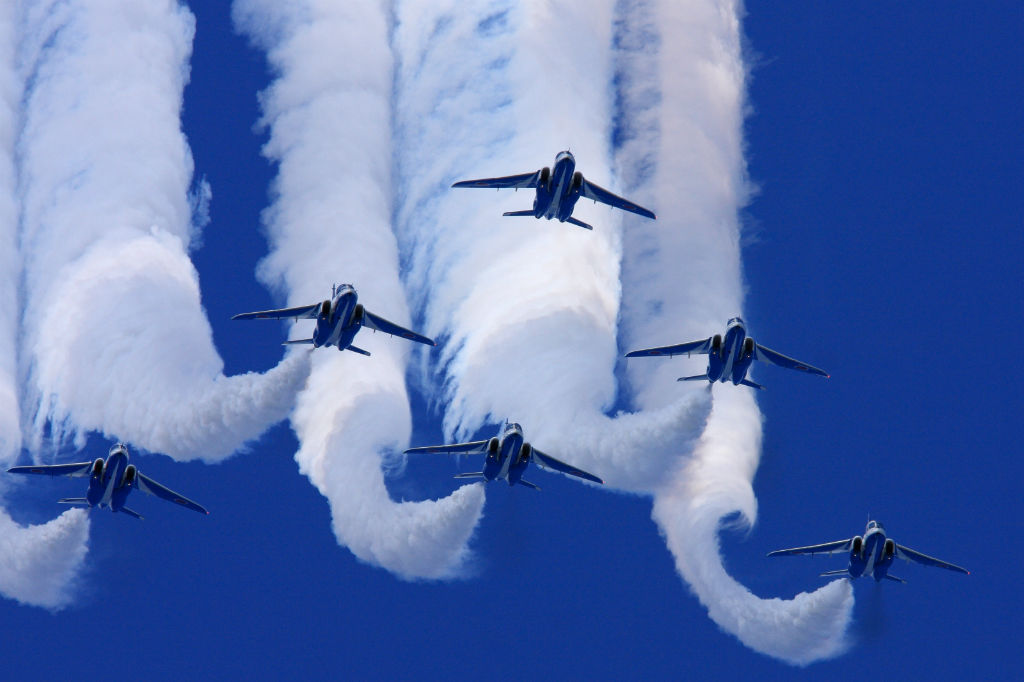 Japan_air_self_defense_force_Kawasaki_T-4_Blue_Impulse_RJAH_Wide_to_Delta_Loop
