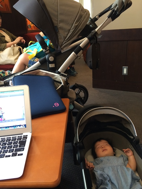 Using the Joolz Geo baby cot as a bassinet at the cafe.