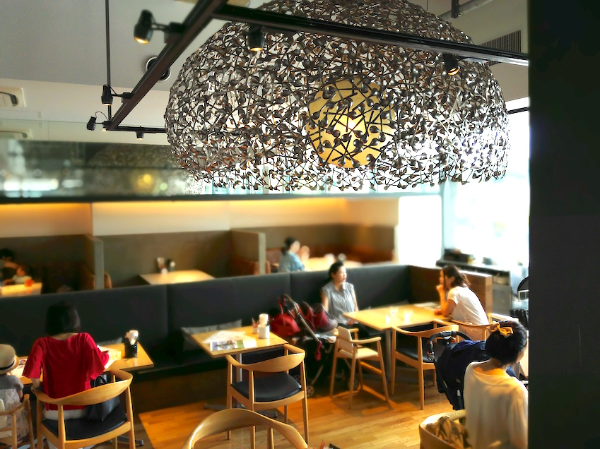 100 spoons lamp shade that gives this Tokyo baby-friendly cafe it's name