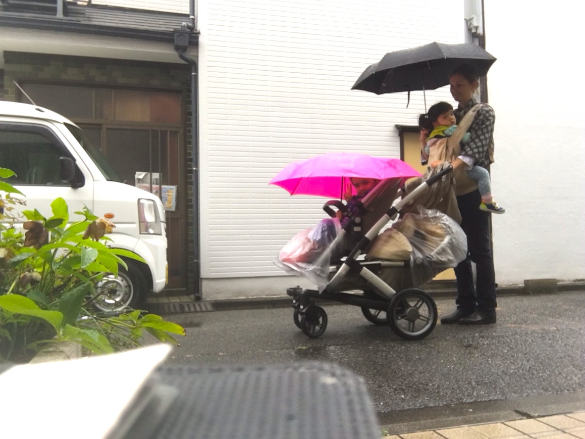 This is what I look like in the rain! It looks difficult, but it is actually the easiest and safest way I have found to get around Tokyo with 2 toddlers