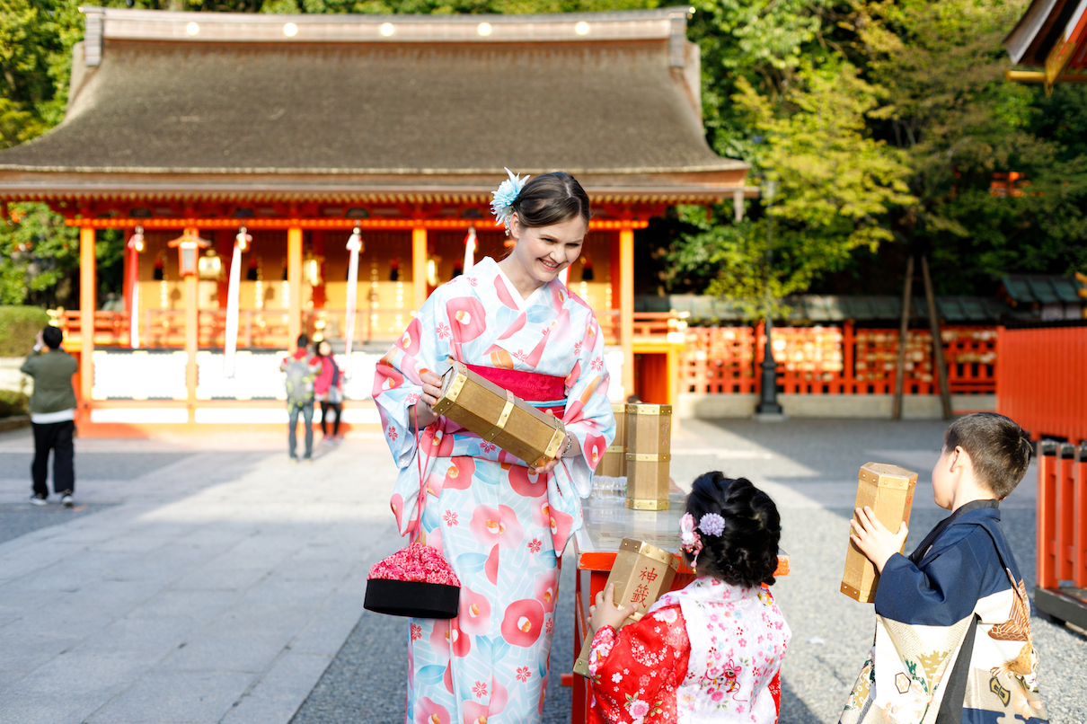 Kyoto Guide Fushimi Inari with baby kids in Kimono rental